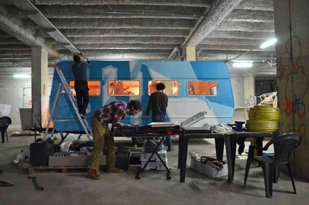 l'association Yes We Camp développe le projet Caravanade : transformer d'anciennes caravanes ou remorques en atelier, cantine ambulante, miellerie, studio radio voire blocs sanitaires