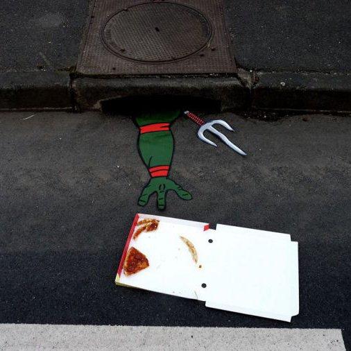 Une tortue ninja attrapant une boite à pizza