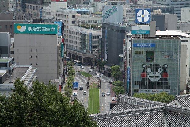 Ce gros nounours n'est autre que Kumamon, le représentant de la préfecture de Kumamoto, et la plus populaire des mascottes (au Japon comme à l'international) !