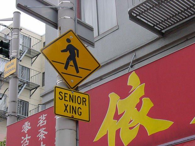 """""""Attention aux personnages âgées"""", panneau de signalisation parlant… - Crédits Ian B sur Flickr"""