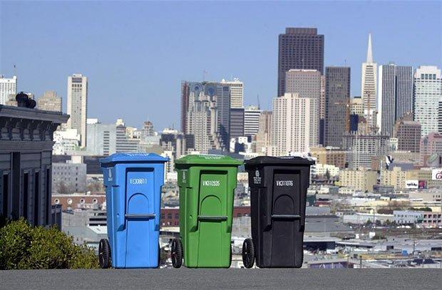 photos des poubelles bleues, vertes et noires surplombant la ville de san francisco