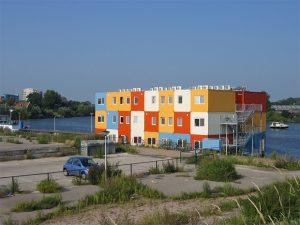 Les containers colorés de la résidence étudiante de Zwolle, aux Pays-Bas. Copyright : JePe / Wikimedia
