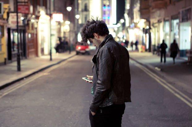 L'homme sur son téléphone
