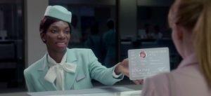 Une femme donne une carte d'embarquement