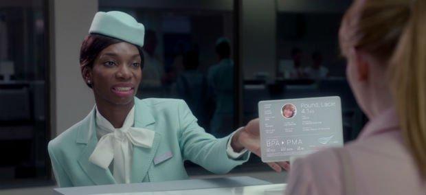 Une femme donne une carte d'identité