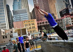 des personnes faisant du sport en osmose avec la ville