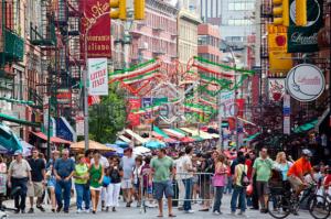 Une foule de personnes dans un quartier de New York