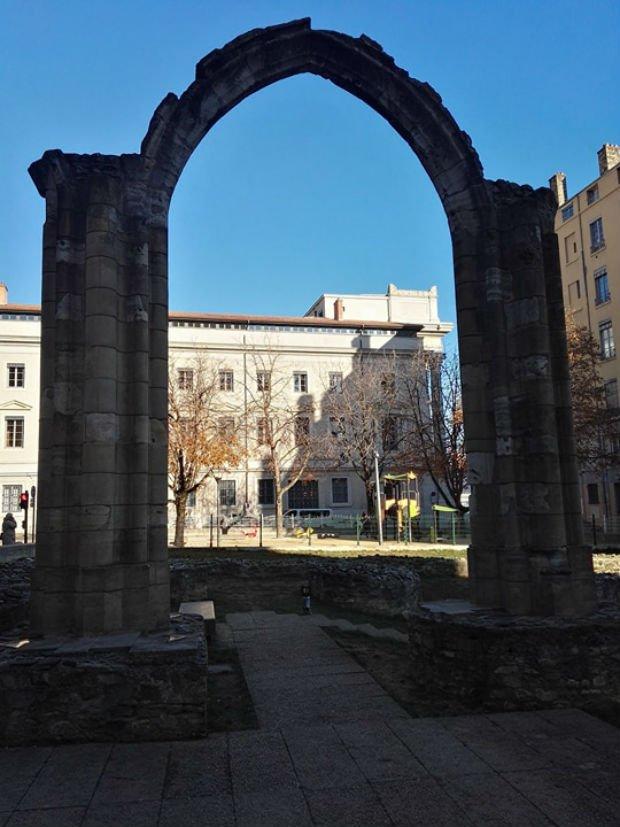 La place publique dans la ville de Lyon