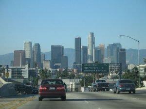 Les routes de L.A. et ses voitures : on croirait presque que c'est un décor de série avant d'être une réalité urbanistique (tant on les a vues à la télévision !) -Crédits Shalom sur Flickr