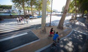 image de deux cyclistes dans la rue