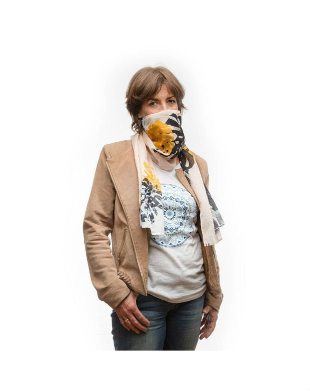Une femme portant un foulard contre la pollution