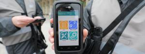Les agents municipaux présentent leur appareil pour dresser les forfaits post-stationnement