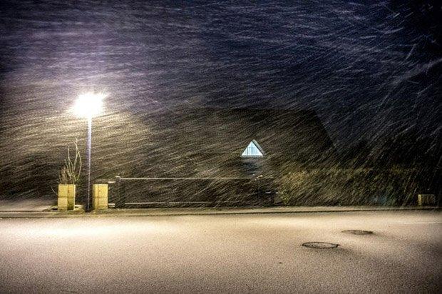 maison sous la neige et le froid