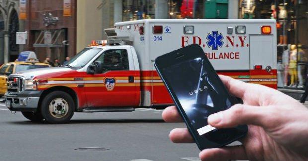 L'application Uber sur smartphone et une ambulance