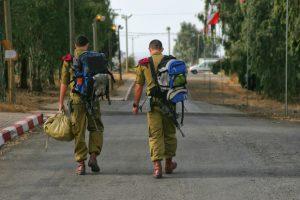 Retour de permission pour deux soldats de Tsahal.