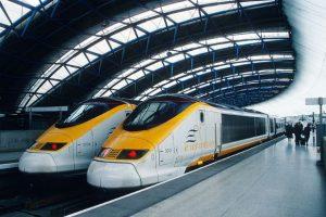 Deux trains Eurostar à la station Waterloo de Londres