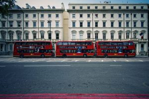 Rangée de bus à impériale devant le lycée français Charles de Gaulle à Londres