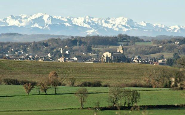 Vue de la ville de Mirande, bordée par les Pyrénées