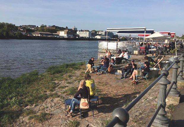 photo de personnes faisant un pique nique sur les quais