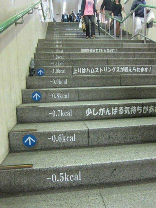 Dépenser des calories en montant les marches à Tokyo.