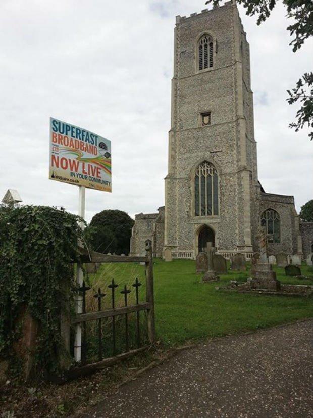 L'église St Peter et St Paul dans le village de Carbrooke en Angleterre diffuse du Wifi
