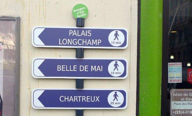 Des panneaux de signalisation pour inciter à la marche installés à Marseille.