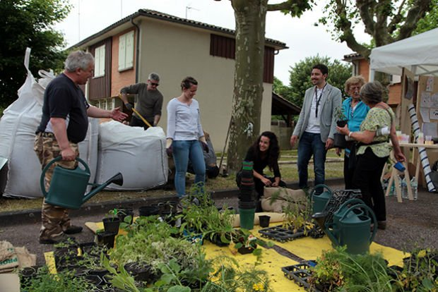 Les habitants participe à la plantation d'un potager dans la pépinière