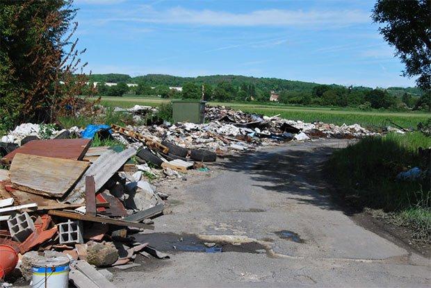 Dépôts sauvages d'ordures en bordure de route près de Bessancourt