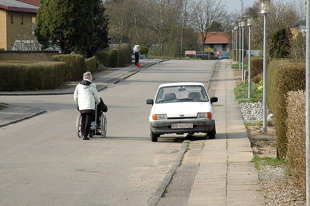 personne a mobilite reduite ne pouvant pas utiliser le trottoir