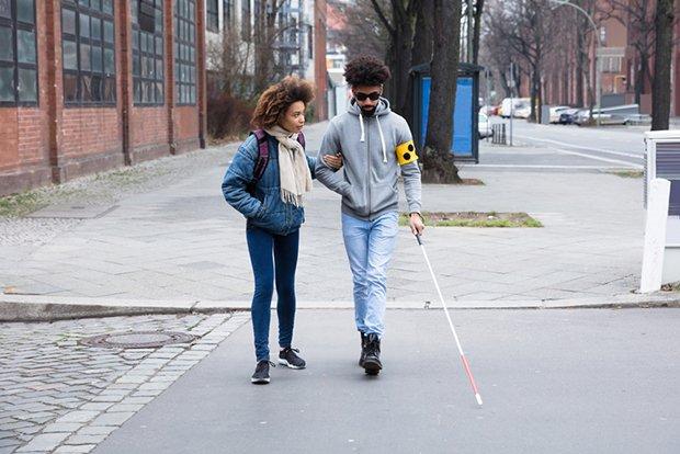 Personne malvoyante marchant dans la rue
