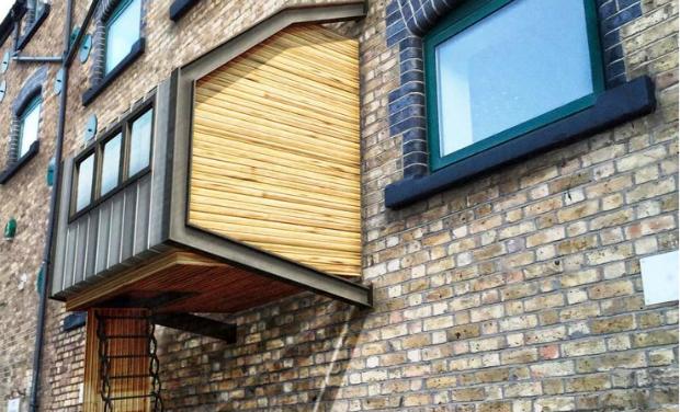 Le projet de James Furzer propose de se servir des façades d'immeubles existants comme support à des petites cabanes de bois destinées à loger temporairement les sans-abris