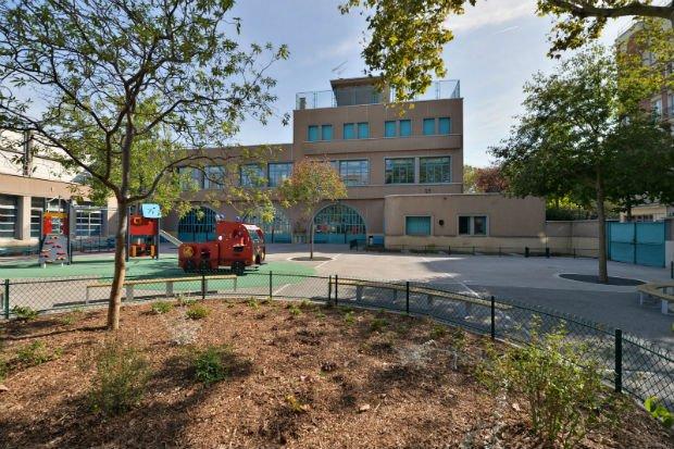 Le revêtement de la nouvelle cour de l'école Charles Hermite est un béton drainant et de couleur claire pour limiter l'absorption de chaleur