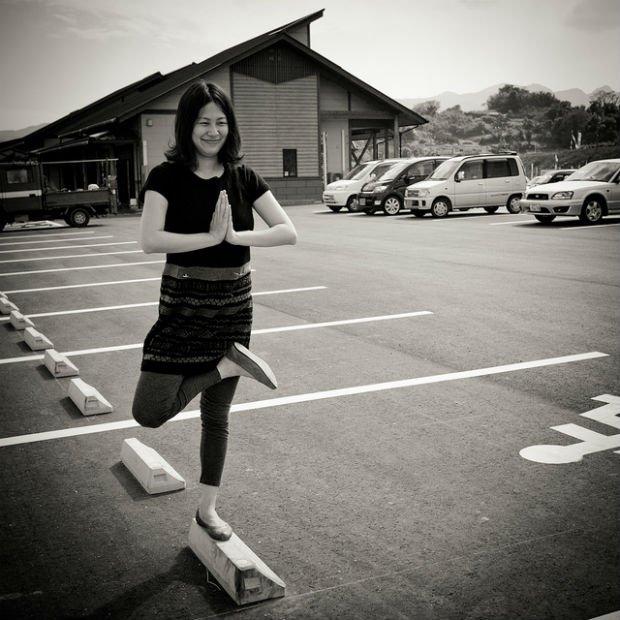 Petit cours de yoga pendant que les voitures ne sont pas là