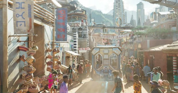 """Les rues de Wakanda sont sans voitures, seuls quelques """"bus"""" traversent l'espace réservé aux piétons"""