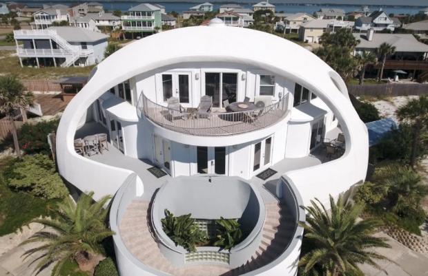 La maison globe de Penscola Beach résiste aux ouragans grâce à sa forme et à ses ouvertures multiples.