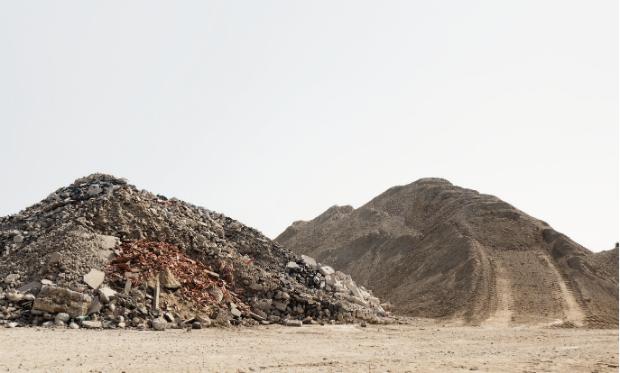 Des montagnes de terres au site de stockage de Villeneuve-sous-Dammartin