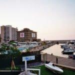 """Rare vestige de l'avant-guerre dans un quartier ultra-moderne, l'hôtel Saint-Georges arbore des affiches """"Stop Solidere"""", du nom de la société qui a reconstruit le centre de Beyrouth"""