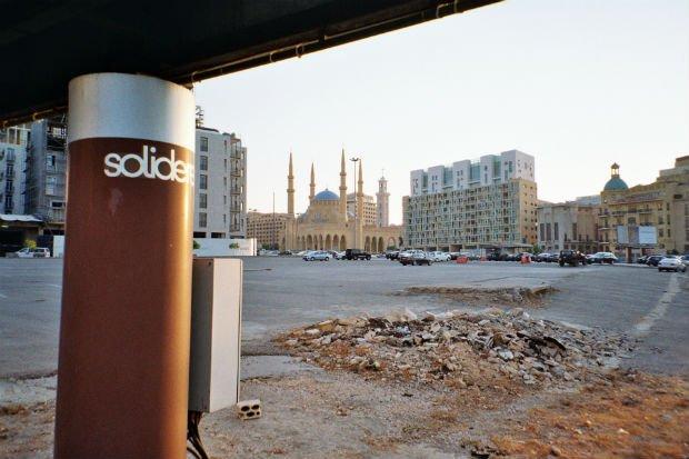 Cœur historique de Beyrouth, la place des Martyrs incarne tristement la rénovation sauvage du centre-ville. Le souk et les bâtiments d'avant-guerre ont été détruits et remplacés par un parking et deux larges rocades routières. Au fond, la mosquée Al-Amin, inaugurée en 2008