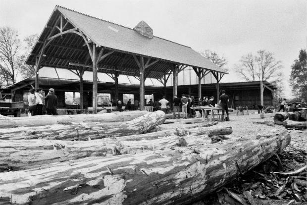 Construction du Hangar de l'avenir, avec l'aide de charpentiers traditionnels extérieurs à la ZAD. Terminé en 2017, le bâtiment a été épargné par les destructions policières de 2018