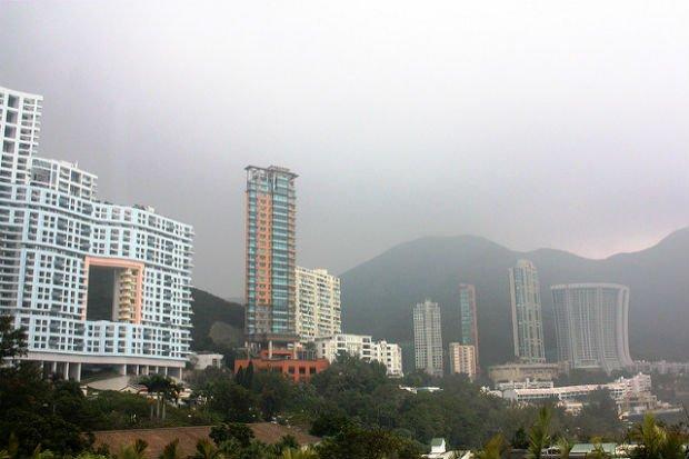 Bâti en gruyère à Hong Kong (à gauche) - Crédits Oriol Salvador sur Flickr