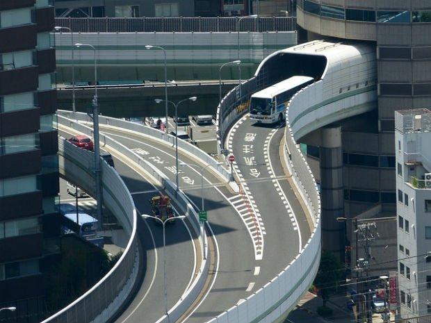 Et si on faisait passer les routes par le bâti ? (Gate Tower, Osaka)