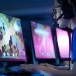 photo d un gamer jouant a son ordinateur