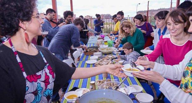 Ateliers de cuisines organisés sur la Plaza de Valdezarza avec les habitants