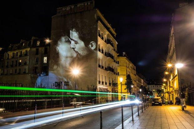 L'un des baisers qui a illuminé les rues de Paris lors de la Nuit Blanche 2016