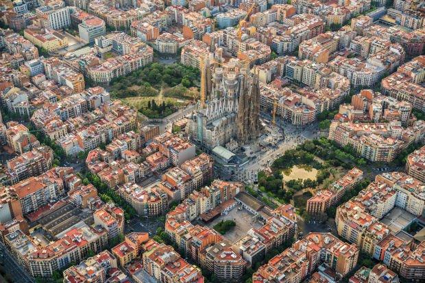 Vue aérienne sur le quartier de la Sagrada Familia dont l'urbanisme en manzana est typique de Barcelone