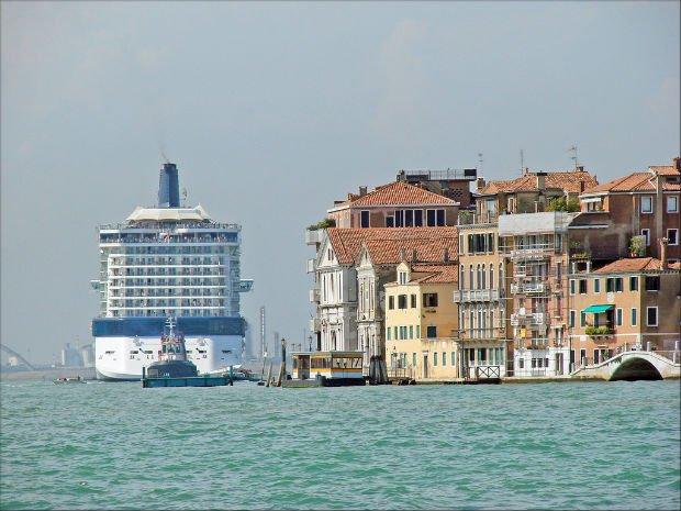 Bateau de croisière dans le canal de la Giudecca à Venise