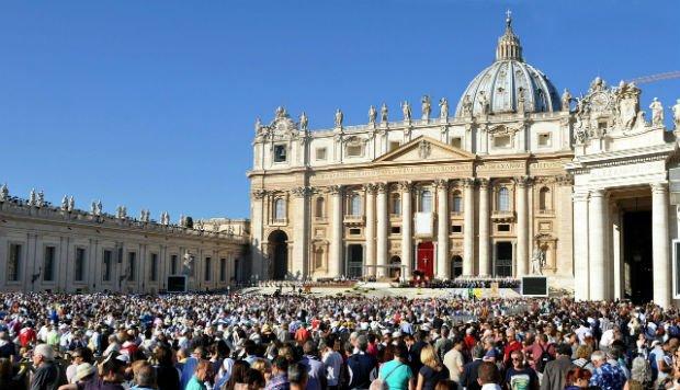 La foule sur la place du Vatican à Rome