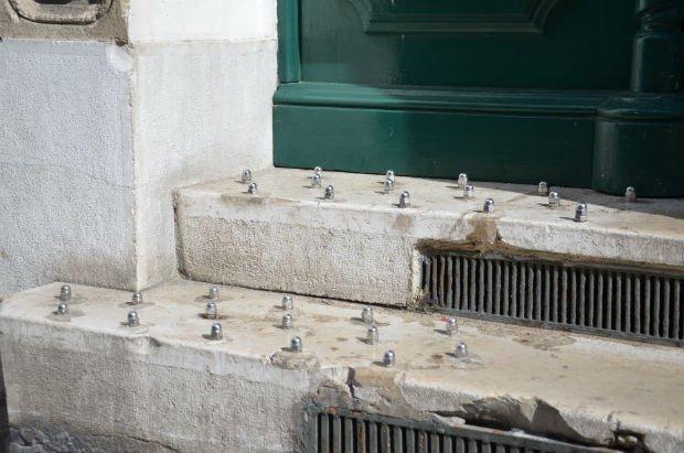 Les dispositifs anti-sdf se développent dans de plus en plus d'espaces publics