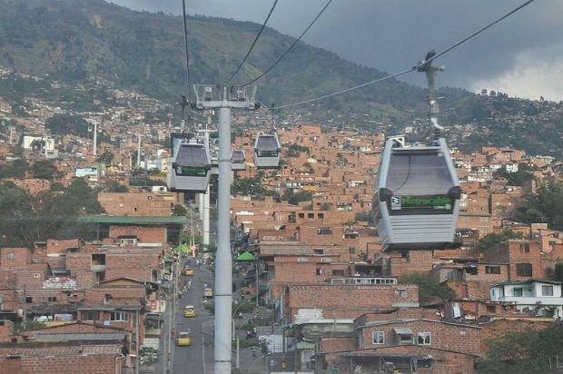 Medellín a misé sur une approche sociale pour réduire l'insécurité, notamment avec le développement de liaisons téléphériques qui permettent un décloisonnement des quartiers
