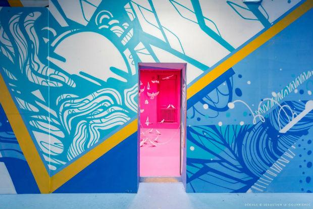 Entrée vers l'univers de la pièce rose imaginée par Steve et Dorota Coy de HDL, depuis le couloir gauche peint par l'artiste Moyoshi